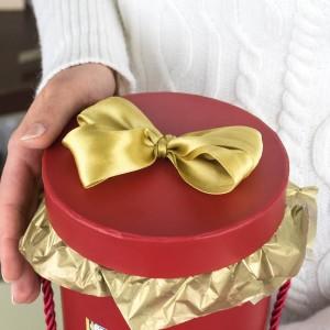 czerwone pudełko upominkowe