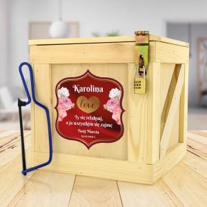 drewniana skrzynia z prezentami