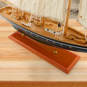drewniany model statku z żaglami
