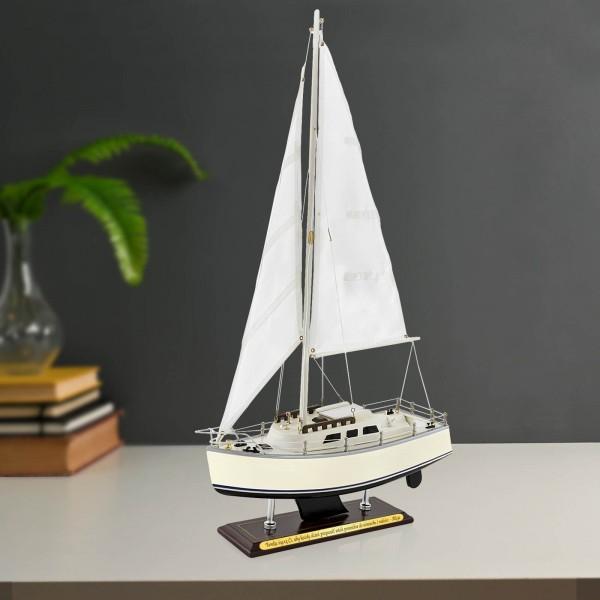 model jachtu żaglowego catalina z grawerem na prezent