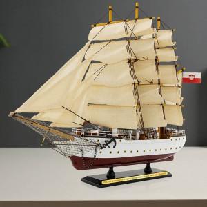 replika statku Dar Pomorza na prezent
