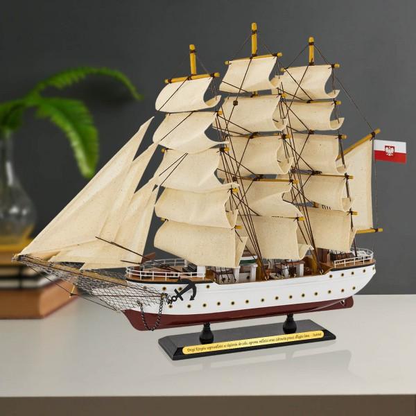 model statku Dar Pomorza z grawerem dedykacji dla niego