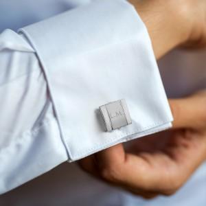 stalowe spinki wpięte do mankietów na prezent dla szwagra