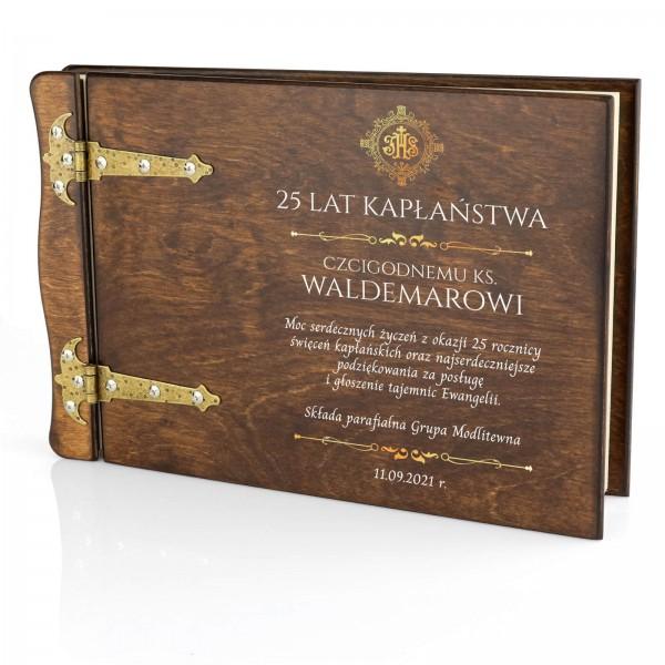 drewniany album z nadrukiem na 25 rocznicę kapłaństwa