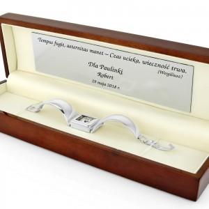 srebrny zegarek damski w drewnianym etui z grawerem na prezent dla niej