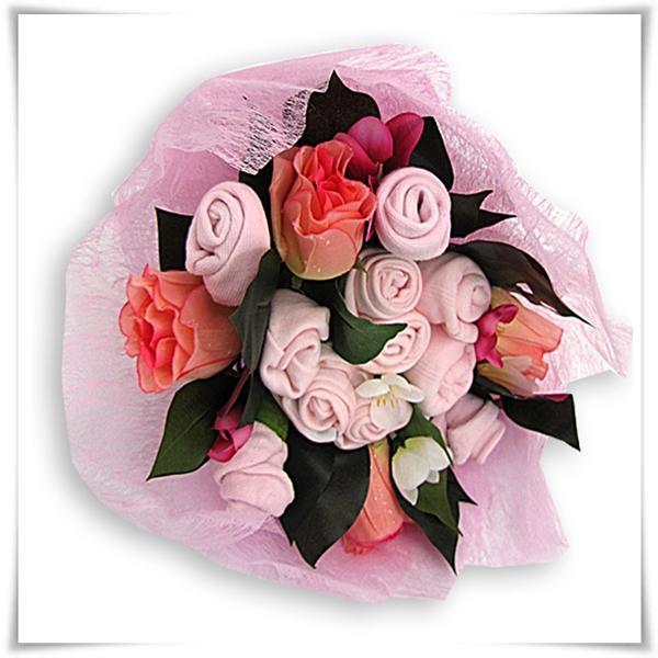 różowy bukiet z ubranek na chrzest