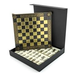 eleganckie szachy umieszczone w czarnym pudełku na prezent na urodziny