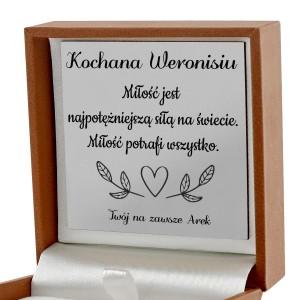 dedykacja na laminowanej tabliczce w pudełku na łamane serce dla dwojga na prezent dla narzeczonej