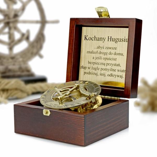 kompas w drewnianym pudełku z grawerem