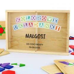 drewniana skrzynka z puzzlami i nadrukiem kolorowe układanki