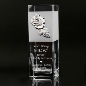 wazon ze srebrną różą na prezent dla nowożeńców