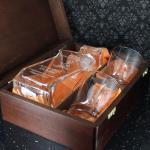 karafka ze szklankami w pudełku