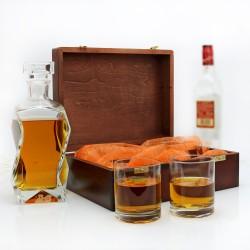 karafka ze szklankami w pudełku z grawerem
