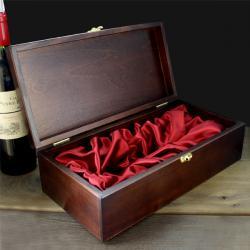 opakowanie na wino z mosiężną podkowa i grawerowanymi życzeniami