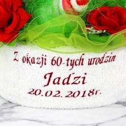 haftowane ręczniki w koszu na prezent z okazji urodzin