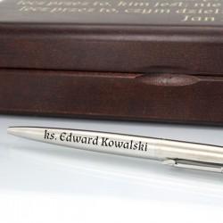 długopis w drewnianym pudełku