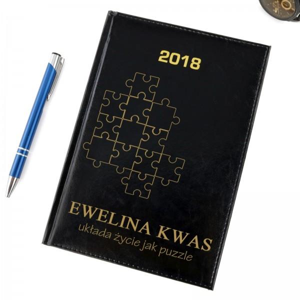 czarny kalendarz z grawerem na prezent