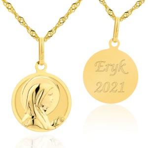 złoty medalik na łańcuszku z grawerem imienia