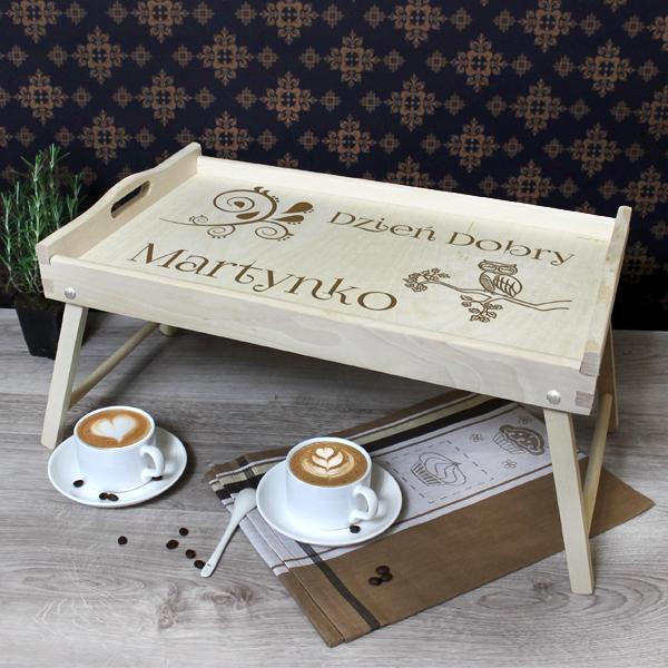 drewniany stolik z grawerem