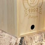 drewniana skrzynka ze szklanym kuflem z grawerem
