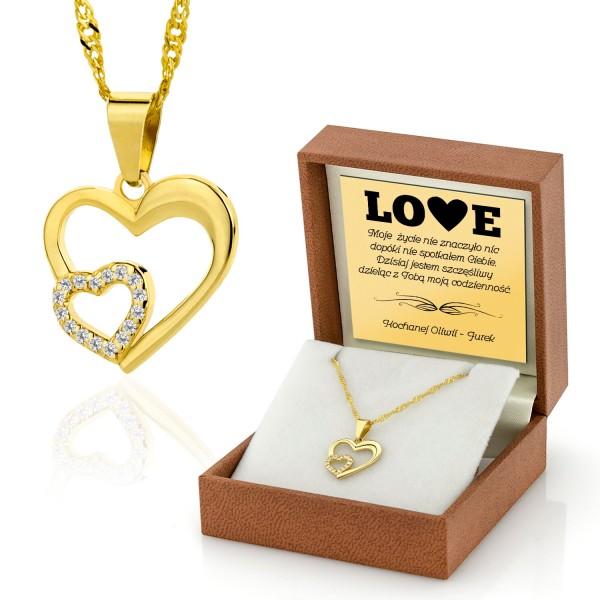 złota biżuteria w pudełku z grawerem