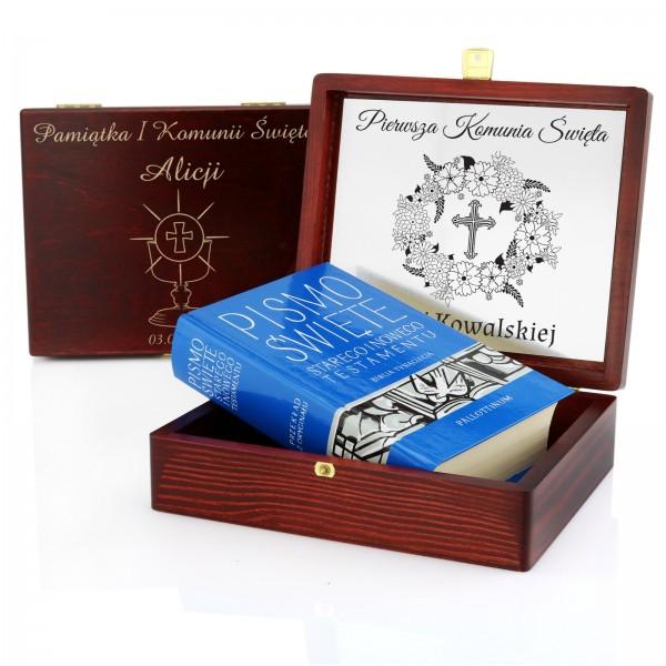pismo święte w pudełku na pamiątkę I komunii