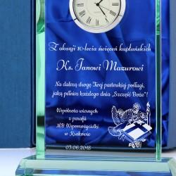 grawerowana statuetka z zegarem na prezent dla księdza