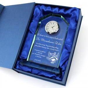 prezent dla księdza statuetka z grawerem i zegarem