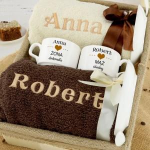 pomysł na prezent dla pary zestaw filiżanki i ręczniki z personalizacją