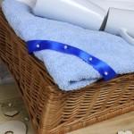 ręczniki w koszu wiklinowym na prezent