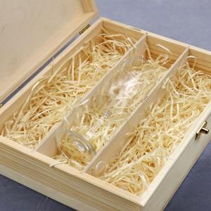 drewniana skrzynka z kieliszkiem
