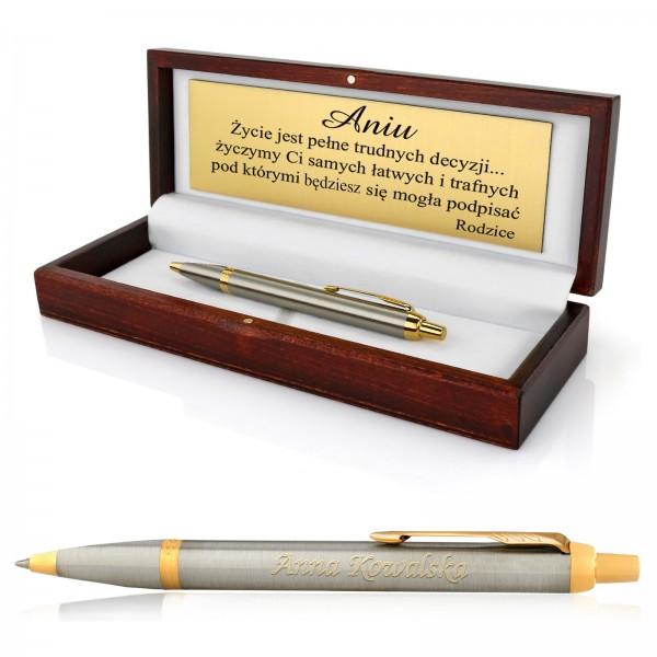 grawerowana dedykacja na długopisie Parker i na tabliczce w drewnianym pudełku