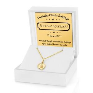 medalik na chrzest z grawerem w białym pudełku