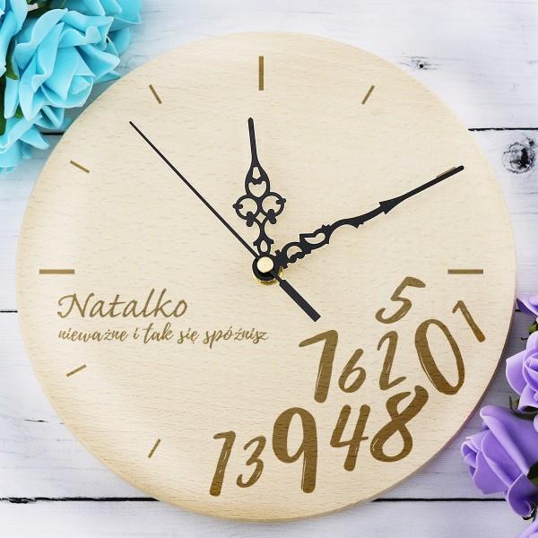 drewniany zegar z grawerem