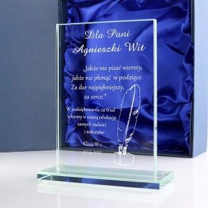 szklana statuetka z grawerem dedykacji dla nauczyciela