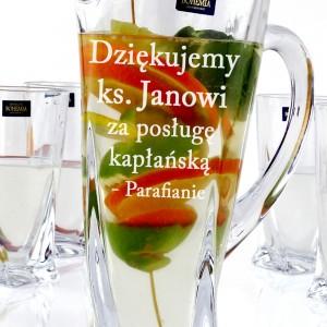 dzbanek Bohemia ze szklankami z grawerem na urodziny księdza