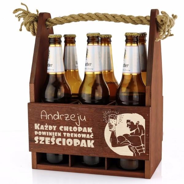 Drewniane nosidełko na piwo z grawerem dedykacji na urodzinowy prezent