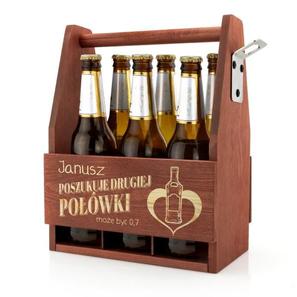 grawerowana skrzynka na piwo z drewna wyposażona w otwieracz