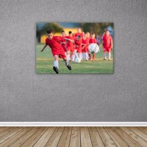mały piłkarz i prezent foto obraz