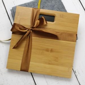 waga bambusowa z grawerem na prezent dla niej