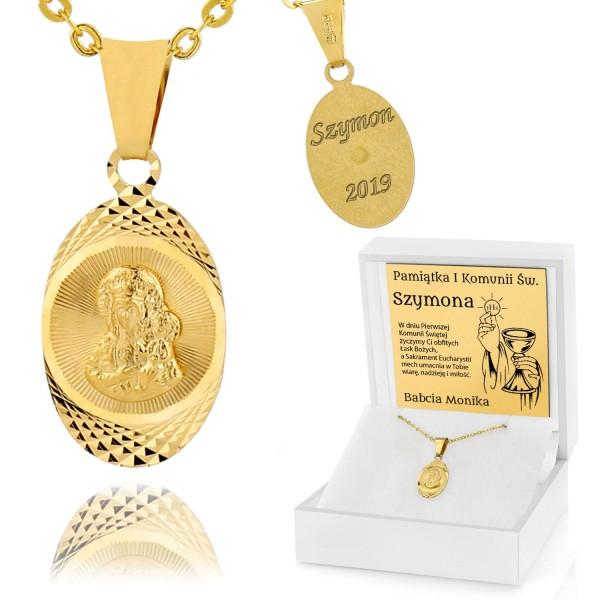 złoty medalik z grawerem w pudełku na prezent na komunie