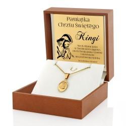 złoty medalik z matką boską i grawerem na prezent na chrzest święty