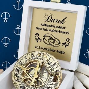 kompas w pudełku z grawerem na prezent dla męża na rocznicę