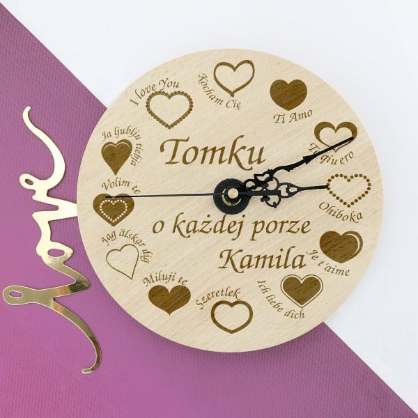 drewniany zegar ścienny z grawerem na prezent walentynkowy