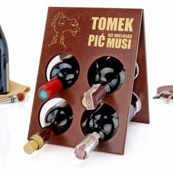 drewniany stojak na wino z grawerem dedykacji na prezent