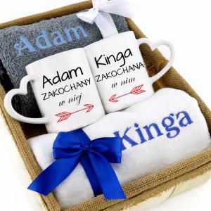zestaw w koszu kubki i ręczniki z personalizacją na prezent