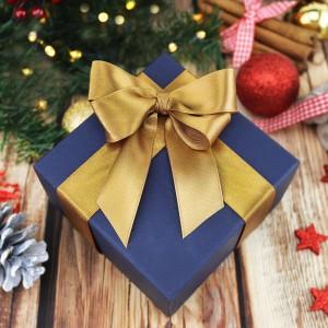pudełko na prezent ze złotą kokardką