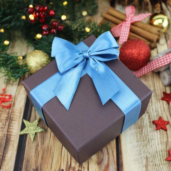 pudełeczko na prezent z niebieską kokardką