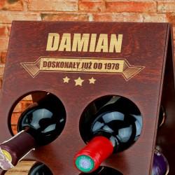 grawerowany stojak na wino na prezent urodzinowy dla niego