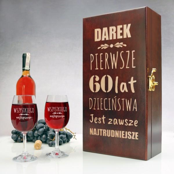skrzynka na wino i kieliszki z grawerem dedykacji na prezent z okazji 60 urodzin